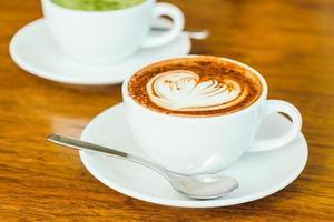 café com leite de chocolate quente em xícara branca foto