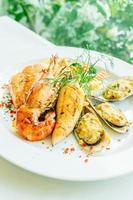 bife de marisco grelhado com camarão salmão e outras carnes foto