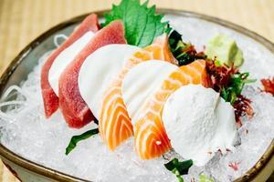sashimi cru e fresco com carne de salmão e atum