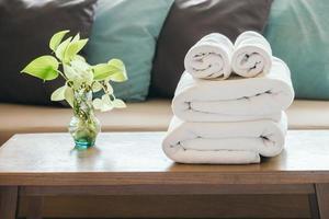 pilha de toalhas na mesa