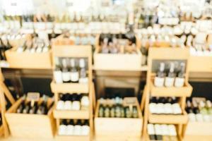 borrão abstrato e loja de vinhos desfocada foto