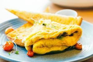 omelete de spanich no prato foto