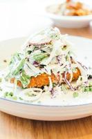 frango frito com vegetais foto