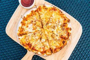 pizza de frutos do mar na bandeja de madeira foto