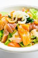 salada mista de frutos do mar com lula de atum e salmão e outros peixes foto