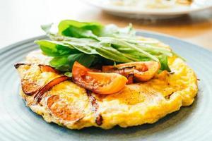 omelete de ovos fritos em prato branco foto