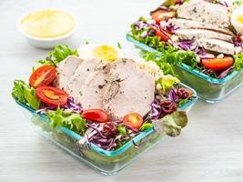 peito de frango grelhado e salada de carne foto