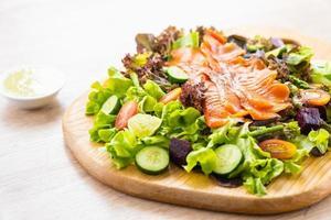 Peixes crus de carne de salmão defumado com salada de vegetais verdes frescos