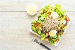 carne de atum e ovos com salada de vegetais frescos foto