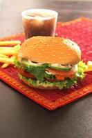 sessão de fotos para combinação de hambúrguer com batata frita e bebida
