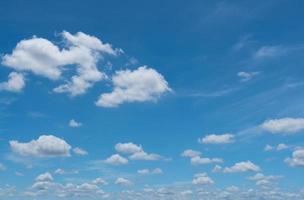 céu azul de verão e nuvem branca fundo abstrato foto