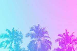 coqueiros de palmeiras tropicais no reflexo do céu ao pôr do sol e fundo de natureza bokeh