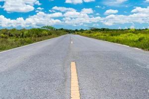 pequena estrada rural com fundo de céu azul foto