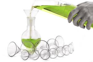 funis e frascos de laboratório com a mão