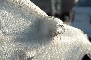 um carro coberto de gelo em vladivostok, rússia