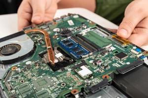 close-up de uma placa-mãe de laptop foto