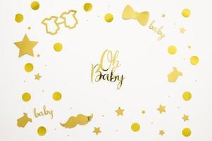 decorações douradas de chá de bebê em fundo branco
