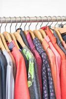 lindas roupas em loja de compras