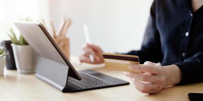 close-up de uma pessoa pagando online