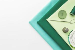 tecido verde com agulha e linha foto