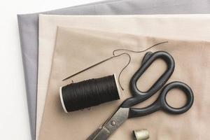 tecidos de vista superior com agulha e linha