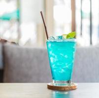 copo de coquetel azul foto