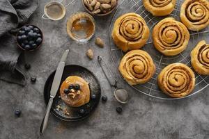variedade de pãezinhos de canela op view foto