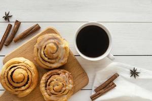 vista de cima rolo de canela e xícara de café foto