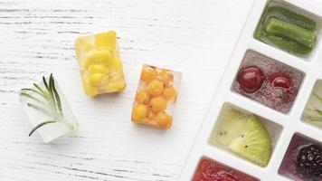 vista de cima variedade de frutas congeladas em uma bandeja de gelo