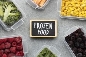 alimentos congelados em recipientes de tupperware
