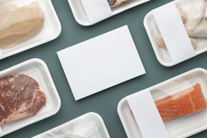 carne, peixe e frango em filme plástico