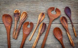 borda de utensílios de cozinha de madeira foto