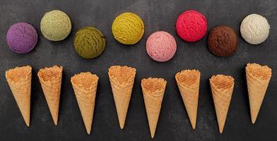 vários sabores de sorvete em fundo de pedra escura