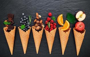 vários ingredientes para sabores de sorvete em fundo de pedra escura