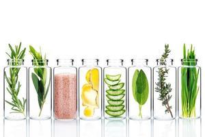 cuidados com a pele alternativos em frascos de vidro isolados em fundo branco foto