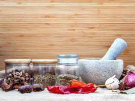 variedade de ingredientes de temperos do curry vermelho de comida popular tailandesa foto