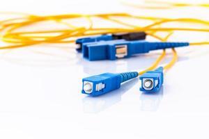 conectores de fibra óptica, simbólicos para conexão rápida à Internet em fundo branco foto
