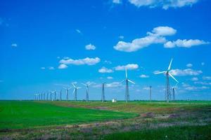 paisagem de um parque eólico com um céu azul nublado em Donuzlav, na Crimeia foto