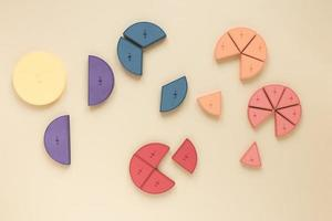 gráficos de pizza estatísticos coloridos e frações científicas em fundo neutro