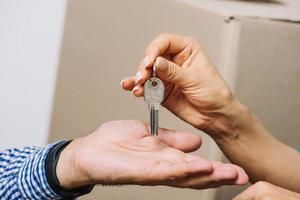 mãos cortadas trocando chaves foto