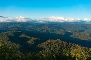 vista aérea de montanhas e florestas em sochi, rússia foto