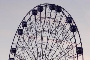 roda gigante com céu nublado foto