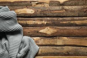 plano de fundo de madeira com manta de crochê foto