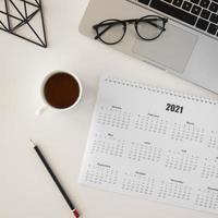 calendário planificador plano e xícara de café foto