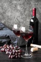 vista frontal de vinho engarrafado com uvas foto