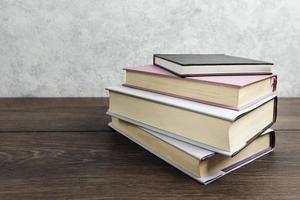vista frontal do livro na mesa de madeira foto