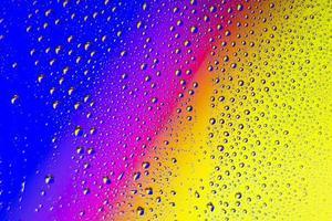fundo do arco-íris com gotas de chuva foto