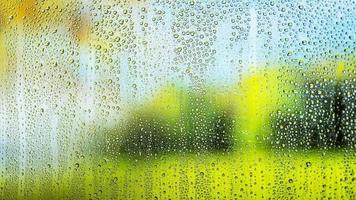 chuva de fundo cai de perto