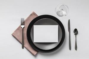 configuração de mesa com cartão de lugar vazio foto