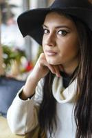 linda jovem com um chapéu foto